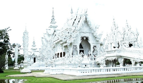 by SWID3RSKI on Flickr.Wat Rong Khun  in Chiang Rai, Thailand.